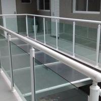 Corrimão de alumínio com vidro